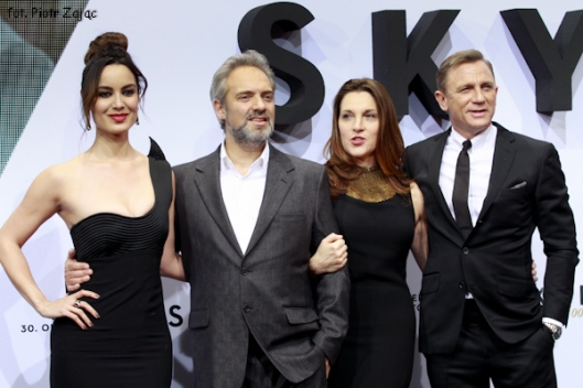 "Daniel Craig, Barbara Broccoli, Sam Mendes and Berenice Marlohe attend "" Skyfall "" premiere in Berlin"